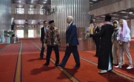 Wakil Presiden Amerika Serikat Michael R. Pence (ketiga kiri) didampingi istri Karen Pence (kedua kanan) dan putrinya Charlotte Pence (kanan) berbincang dengan Imam Besar Masjid Istiqlal Nasaruddin Umar (ketiga kanan) dan Ketua Badan Pelaksana Pengelola Masjid Istiqlal Muhammad Muzamil Basyuni (kedua kiri) ketika mengunjungi Masjid Istiqlal di Jakarta, Kamis (20/4/2017). Michael R Pence melakukan pertemuan dengan lintas agama serta sejumlah tokoh Indonesia saat mengunjungi Masjid Istiqlal.