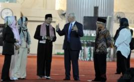 Wakil Presiden Amerika Serikat Michael R Pence (ketiga kanan) didampingi istri Karen Pence (ketiga kiri), putrinya Charlotte Pence (kedua kiri) dan Audrey Pence (kanan) berbincang dengan Imam Besar Masjid Istiqlal Nasaruddin Umar (keempat kiri) serta Ketua Badan Pelaksana Pengelola Masjid Istiqlal Muhammad Muzamil Basyuni (kedua kanan) ketika mengunjungi Masjid Istiqlal di Jakarta, Kamis (20/4/2017). Michael R Pence melakukan pertemuan dengan lintas agama serta sejumlah tokoh Indonesia saat mengunjungi Masjid Istiqlal.