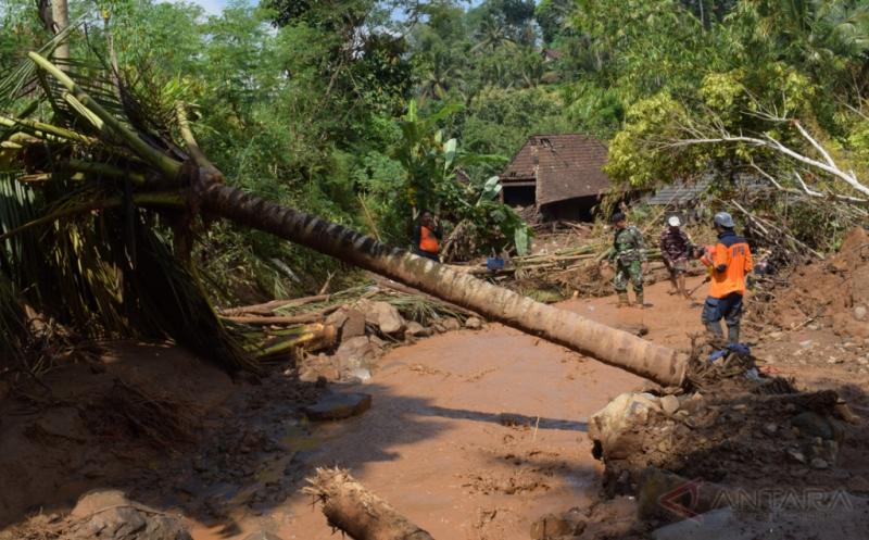 Relawan membuat saluran air di lokasi longsor di Desa Banaran, Pulung, Ponorogo, Jawa Timur, Kamis (20/4/2017). Saluran tersebut dibuat untuk mengarahkan aliran sungai agar tidak meluap ke permukiman saat hujan pascatertimbunnya sungai oleh material longsoran tebing.