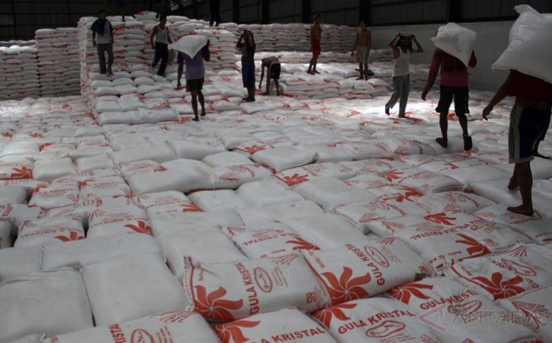 Sejumlah pekerja menata gula hasil penyerapan di Gudang Bulog Divre Jatim, Burudan, Sidoarjo, Jawa Timur (20/4/2017). Persediaan bahan pokok terutama beras dan gula di Jawa Timur selama beberapa bulan mendatang tercatat dalam kondisi aman, yaitu terdiri atas stok beras sebesar 530 ribu ton dan stok gula sebanyak 150 ribu ton.