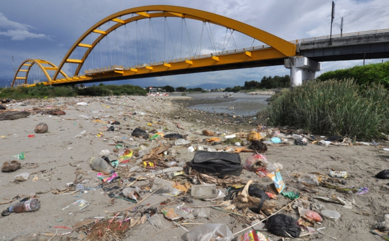 Sampah Cemari Muara Sungai Palu Sulawesi Tengah