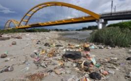 Berbagai jenis sampah menumpuk di Muara Sungai Palu, Sulawesi Tengah, Kamis (20/4/2017). Perilaku buruk sebagian masyarakat yang selalu sembarangan membuang sampah ke sungai menyebabkan sering terjadi penumpukan sampah di lokasi tersebut meski telah berulang kali dibersihkan dan diberikan peringatan.