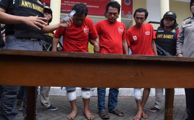Polisi mengawal tiga tersangka tahanan yang melarikan diri dari Polsek Tambaksari di Polrestabes Surabaya, Jawa Timur, Kamis (20/4/2017). Polrestabes Surabaya menangkap tiga dari tujuh tahanan yang melarikan diri dari ruang tahanan Polsek Tambaksari Surabaya dengan cara merusak jeruji besi pada Minggu, 16 April 2017.