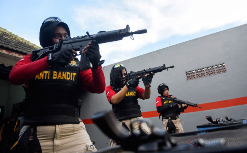 Polwan yang tergabung dalam Kartini Anti-Bandit berlatih menembak di Polrestabes Surabaya, Surabaya, Jawa Timur, Kamis (20/4/2017). Tim yang berangotakan para polwan tersebut diharapkan dapat memberi rasa aman kepada warga Surabaya.