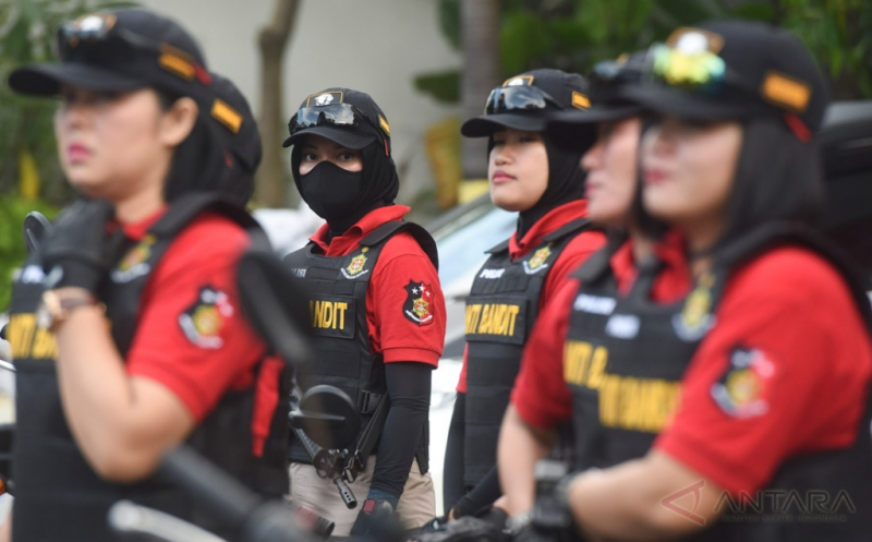 Polwan yang tergabung dalam Kartini Anti-Bandit bersiap-siap melakukan patroli di Polrestabes Surabaya, Surabaya, Jawa Timur, Kamis (20/4/2017). Tim yang berangotakan para polwan tersebut diharapkan dapat memberi rasa aman kepada warga Surabaya.