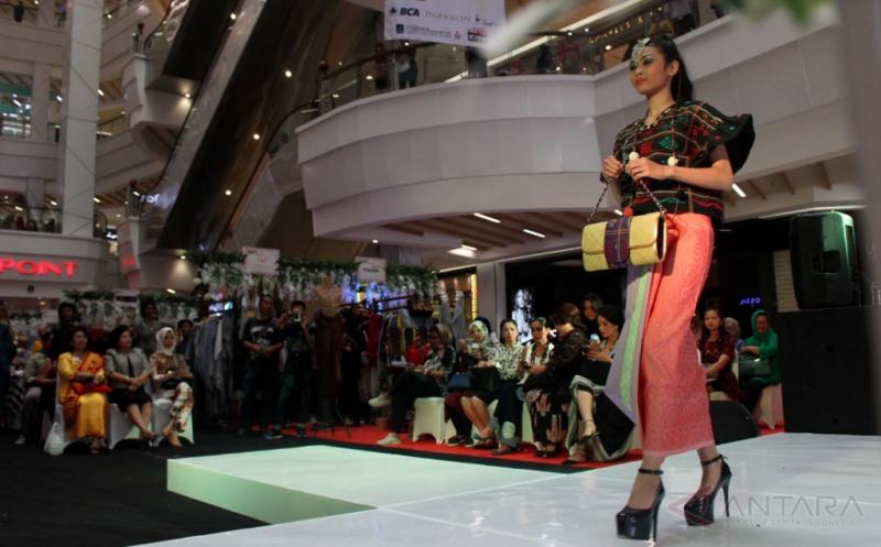 Model memperagakan busana berbahan ulos dan songket hasil para perajin di Medan, Sumatera Utara, Kamis (20/4/2017). Peragaan busana yang memadukan ulos khas Batak dan songket Melayu tersebut dalam rangka menyambut Hari Kartini.