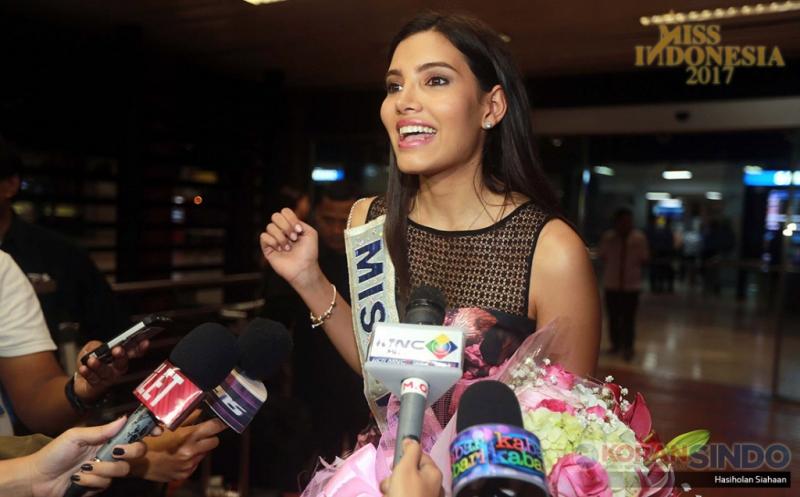 Miss World 2016 Stephanie Del Valle menjawab pertanyaan wartawan setibanya di Bandara Soekarno-Hatta, Kamis (20/4/2017) malam. Kedatangan Stephanie Del Valle dalam rangka menghadiri malam puncak Miss Indonesia 2017 sekaligus menyematkan mahkota kepada Miss Indonesia 2017. (Koran SINDO/Hasiholan Siahaan)