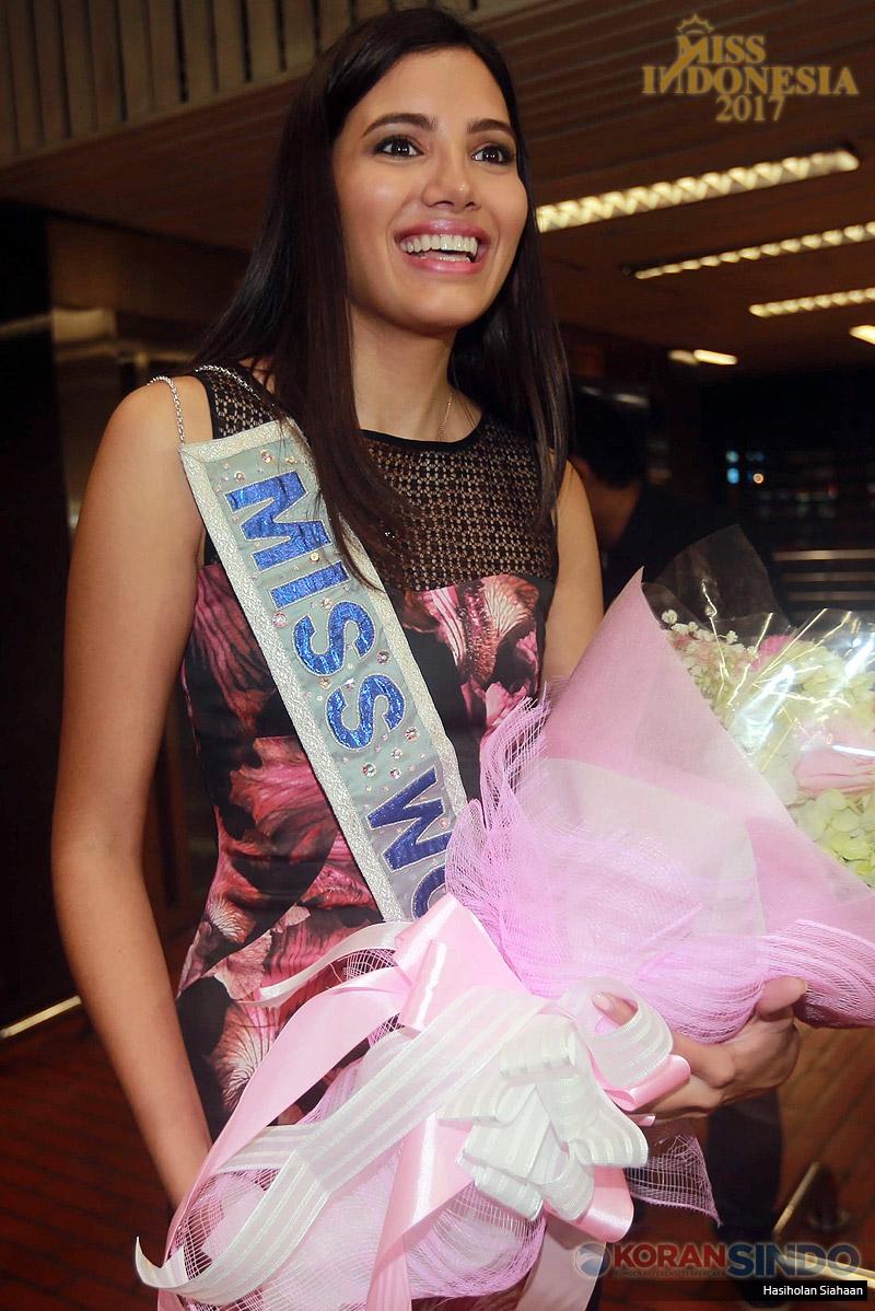 Miss World 2016 Stephanie Del Valle tiba di Bandara Soekarno-Hatta, Kamis (20/4/2017) malam. Kedatangan Stephanie Del Valle dalam rangka menghadiri malam puncak Miss Indonesia 2017 sekaligus menyematkan mahkota kepada Miss Indonesia 2017. (Koran SINDO/Hasiholan Siahaan)