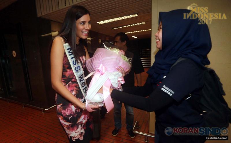Miss World 2016 Stephanie Del Valle (kiri) tiba di Bandara Soekarno-Hatta, Kamis (20/4/2017) malam. Kedatangan Stephanie Del Valle dalam rangka menghadiri malam puncak Miss Indonesia 2017 sekaligus menyematkan mahkota kepada Miss Indonesia 2017. (Koran SINDO/Hasiholan Siahaan)