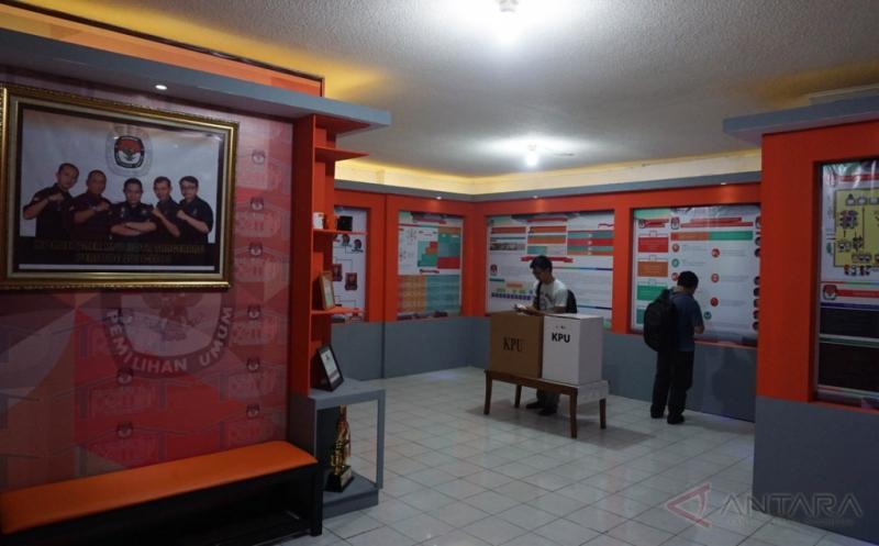 Dua orang pengunjung melihat informasi di Rumah Pintar KPU kota Tangerang, Banten, Kamis (20/4/2017). Komisi Pemilihan Umum (KPU) Kota Tangerang meresmikan Rumah Pintar yang bertujuan guna mendongkrak angka partisipan pada Pemilihan Kepala Daerah (Pilkada) Kota Tangerang.