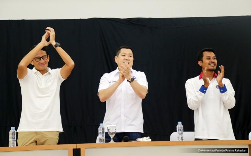 Ketua Umum Partai Perindo Hary Tanoesoedibjo (tengah) bersama cawagub DKI Jakarta Sandiaga Uno (kiri) dan Sekjen Perindo Ahmad Roriq pada acara syukuran atas kemenangan Anies-Sandi, di DPP Partai Perindo, Menteng, Jakarta Pusat, Kamis (10/4/2017). Partai Perindo menggelar syukuran atas keunggulan Anies-Sandi dari Ahok-Djarot dalam hitung cepat semua lembaga survei pada Pilkada DKI Jakarta putaran kedua.