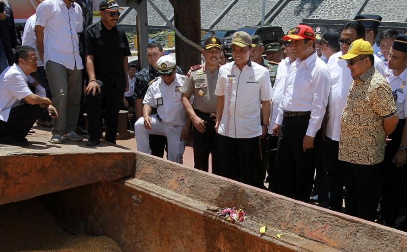 Mentan Andi Amran Sulaiman (ketiga kanan) bersama pengusaha Rachmat Gobel (kedua kanan) dan penjabat Gubernur Gorontalo, Zudan Arif Fakrulloh (keempat kanan) berbincang saat pelepasan pengiriman jagung di pelabuhan Gorontalo, Gorontalo, Jumat (21/4/2017). Gorontalo mengirimkan 10.105 ton jagung yang merupakan produk unggulan daerah tersebut dengan menggunakan kapal laut ke pelabuhan Cigadung Banten.