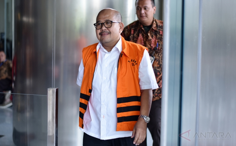 "Mantan GM Treasury PT PAL Arief Cahyana bersiap menjalani pemeriksan di Gedung KPK Jakarta, Jumat (21/4/2017). Arief Cahyana menjalani pemeriksaan lanjutan terkait dugaan suap berupa pembayaran ""fee agency"" dalam penjualan kapal perang, Strategic Sealift Vessel (SSV) dari PT PAL ke Pemerintah Filipina."