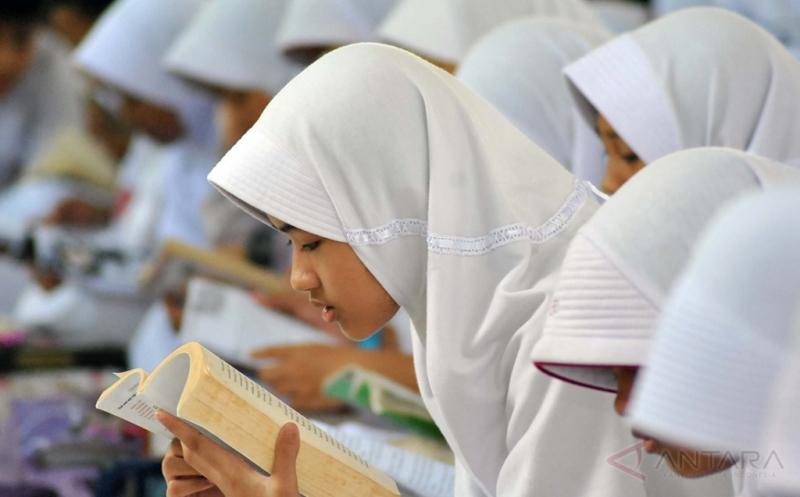 Sejumlah siswa membaca buku bersama di SD Insan Kamil, jalan raya Dramaga, Bogor, Jawa Barat, Jum'at (21/3/2017). Kegiatan membaca buku bersama yang diikuti 400 siswa tersebut selain untuk memperingati Hari Kartini juga bertujuan menumbuhkan dan meningkatkan minat baca di kalangan siswa.