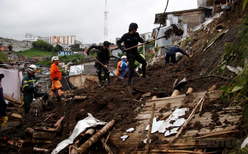 Petugas melakukan pencarian korban longsor di Manizales, Kolombia, Kamis (20/4/2017) waktu setempat. Sedikitnya 17 orang tewas akibat longsor tersebut. (REUTERS/Santiago Osorio)