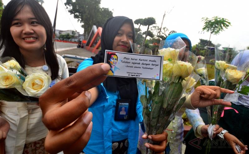 Jurnalis Perempuan Tasikmalaya (JPT) membagikan bunga kepada para wanita di Taman Kota Tasikmalaya, Jawa Barat, Jumat (21/4/2017). Acara tersebut dalam rangka peringatan Hari kartini.