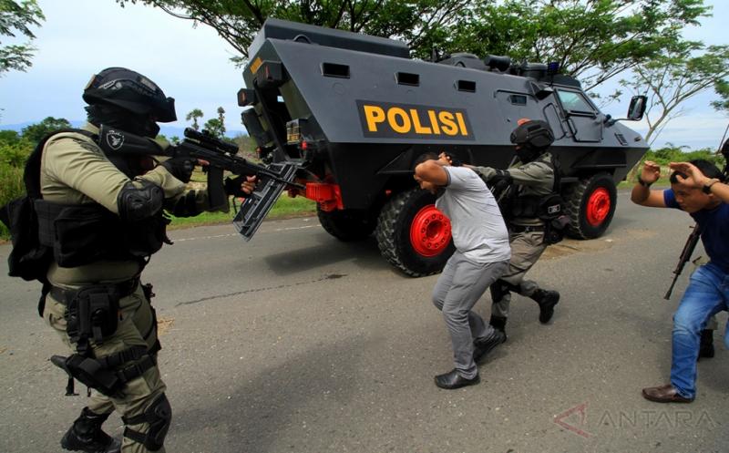 Personel Brimob Detasemen B Polda Aceh menangkap dua dari lima orang kelompok bersenjata dalam simulasi One Teror di jalan Elak Lhokseumawe, Aceh, Jumat (21/4/2017). Simulasi One Teror dan perang kota itu bertujuan mengasah kemampuan personil Brimob mengantisipasi teroris, kelompok radikal dan berbagai ancaman teror.