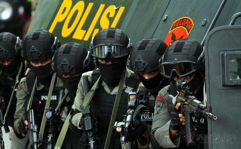 Personel Brimob Detasemen B Polda Aceh mengintai saat akan menggerebek rumah persembunyian kelompok bersenjata dalam simulasi One Teror di jalan Elak Lhokseumawe, Aceh, Jumat (21/4/2017). Simulasi One Teror dan perang kota itu bertujuan mengasah kemampuan personil Brimob mengantisipasi teroris, kelompok radikal dan berbagai ancaman teror lainnya