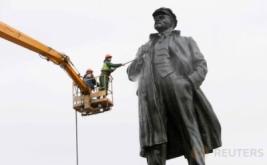 Pekerja melakukan perawatan patung pendiri negera Soviet, Vladimir Lenin, di Krasnoyarsk, Rusia, Jumat (21/4/2017). Perawatan dilakukan dengan cara mencuci patung penggagas teori politik berkebangsaan Rusia tersebut. (REUTERS/Ilya Naymushin)