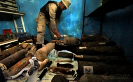 Personel Jibom menata sejumlah bom yang diamankan, di gudang penyimpanan bom Markas Besar Brimob Detasemen B Jeulikat, Lhokseumawe, Aceh, Jumat (21/4/2017). Sebanyak 417 unit bom pabrikan dan rakitan temuan bekas konflik yang diamankan sejak setahun terakhir dari tujuh kabupaten/kota di Aceh tersimpan di dalam gudang karena keterbatasan anggaran disposal dan tidak tersedianya tempat penyimpanan dengan standar keamanan memadai.