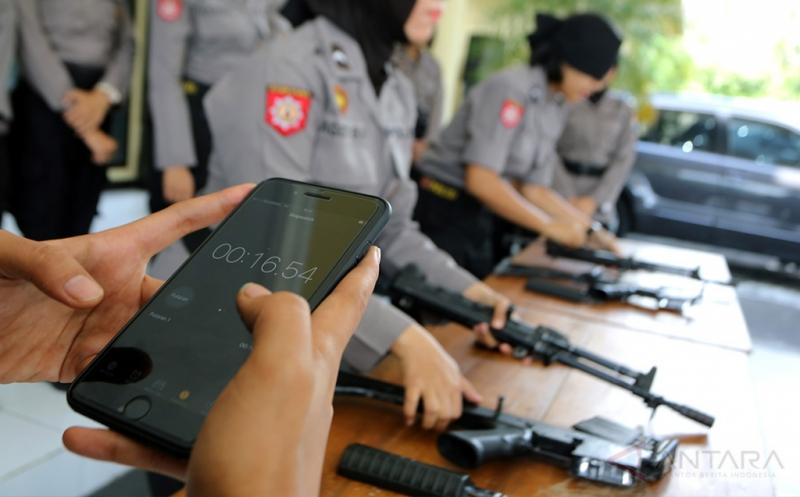 Peserta beradu cepat merakit senjata jenis SS1-V2 saat mengikuti lomba rakit senjata antar Polwan di Mapolres Blitar, Jawa Timur, Jumat (21/4/2017). Selain dalam rangka memperingati hari kartini, lomba merakit senjata tersebut juga bertujuan untuk meningkatkan kemampuan polwan dalam menguasai senjata.