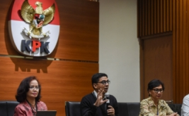 Perwakilan Masyarakat Peduli Pemberantasan Korupsi Natalia Soebagjo (kanan), Betti Alisjahbana (kiri) dan Zainal Arifin Mochtar (tengah) memberikan keterangan di gedung KPK, Jakarta, Jumat (21/4/2017). Mereka meminta DPR tidak mencampuri kewenangan penegakan hukum KPK melalui pengajuan hak angket oleh Komisi III DPR serta meminta Polri mengusut tuntas kasus praktik teror terhadap Novel Baswedan.