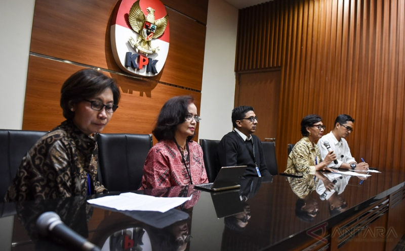 Perwakilan Masyarakat Peduli Pemberantasan Korupsi Natalia Soebagjo (kedua kanan), Betti Alisjahbana (kedua kiri), Lelyana Santosa (kiri) dan Zainal Arifin Mochtar (tengah) didampingi Juru Bicara KPK Febri Diansyah memberikan keterangan di gedung KPK, Jakarta, Jumat (21/4/2017). Mereka meminta DPR tidak mencampuri kewenangan penegakan hukum KPK melalui pengajuan hak angket oleh Komisi III DPR serta meminta Polri mengusut tuntas kasus praktik teror terhadap Novel Baswedan.