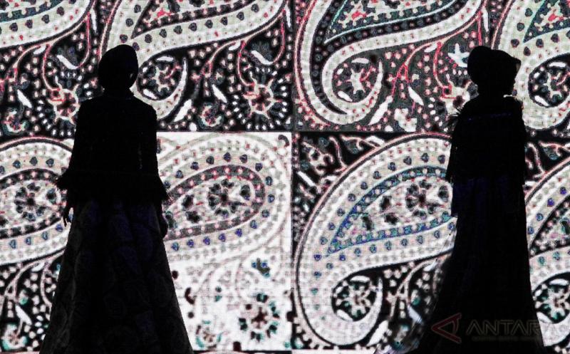 Model memperagakan busana dalam pergelaran busana karya perancang Ivan Gunawan pada Jakarta Fashion and Food Festival 2017 di Jakarta, Jumat (21/4/2017). Rancangan bernama Manjha Hijab Ivan Gunawan tersebut mengambil tema Romantic Hijab Culture.