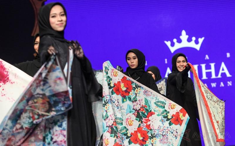 Model memamerkan bahan kain dalam pergelaran busana karya perancang Ivan Gunawan pada Jakarta Fashion and Food Festival 2017 di Jakarta, Jumat (21/4/2017). Rancangan bernama Manjha Hijab Ivan Gunawan tersebut mengambil tema Romantic Hijab Culture.