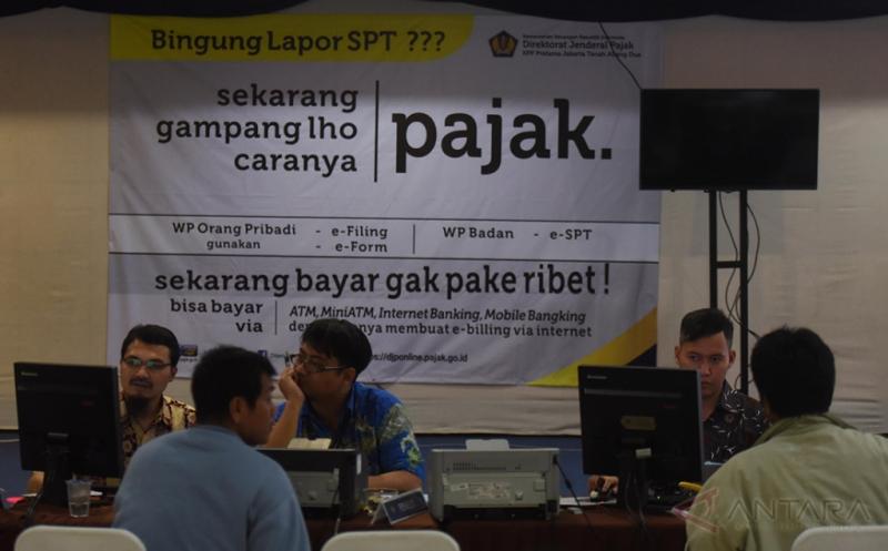 Warga melaporkan SPT tahunan wajib pajak orang pribadi tahun 2016 di KPP Tanah Abang 3, Jakarta, Jumat (21/4/2017). Pada hari terakhir pelaporan SPT pajak pribadi sejumlah kantor pajak dipenuhi warga yang akan menyelesaikan kewajibannya.