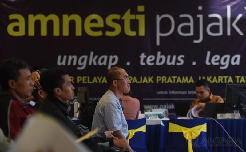 Warga mengantre melaporkan SPT tahunan wajib pajak orang pribadi tahun 2016 di KPP Tanah Abang 2, Jakarta, Jumat (21/4/2017). Pada hari terakhir pelaporan SPT pajak pribadi sejumlah kantor pajak dipenuhi warga yang akan menyelesaikan kewajibannya.