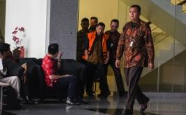 "Mantan Atase Imigrasi KBRI Malaysia Dwi Widodo (ketiga kanan) mengenakan pakaian tahanan seusai menjalani pemeriksaan di gedung KPK, Jakarta, Jumat (21/4/2017). KPK menahan Dwi Widodo sebagai tersangka kasus suap penerbitan paspor Indonesia dengan metode ""reach out"" dan ""calling visa"" pada 2016."