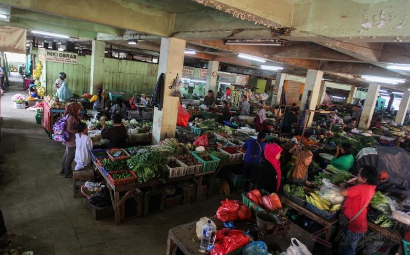 Pedagang sayuran menjual dagangannya di Pasar Minggu, Jakarta, Jumat (21/4/2017). Pemprov DKI Jakarta akan melakukan revitalisasi pasar tersebut yang akan terintegrasi dengan rumah susun dan moda transportasi antara commuter line dengan rencana pembangunan akan dilaksanakan pada Oktober 2017.
