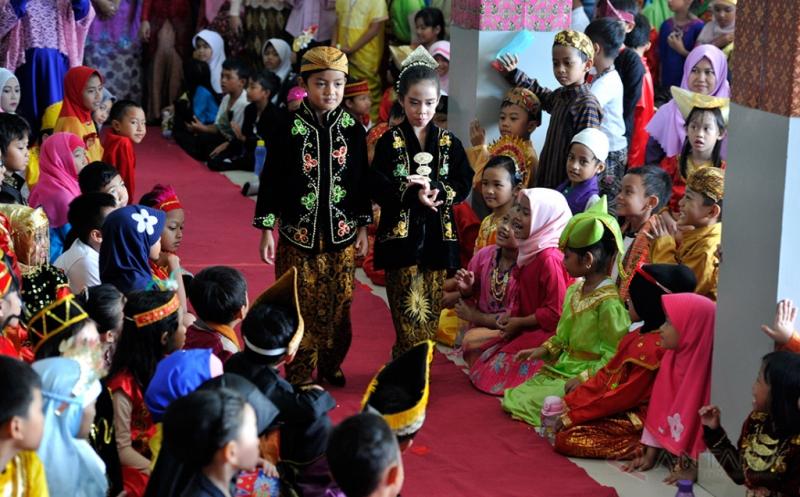Siswa-siswi SD Global Islamic Labschool mengikuti pagelaran busana daerah saat peringatan Hari Kartini di Depok, Jabar, Jumat (21/4/2017). Peringatan hari pahlawan emansipasi wanita itu juga menjadi ajang memperkenalkan keberagaman bangsa Indonesia seperti suku dan busana tradisional kepada generasi muda.