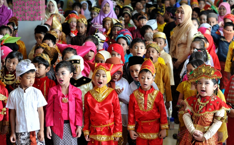 Siswa-siswi SD Global Islamic Labschool mengikuti acara peringatan Hari Kartini di Depok, Jabar, Jumat (21/4/2017). Peringatan hari pahlawan emansipasi wanita itu juga menjadi ajang memperkenalkan keberagaman bangsa Indonesia seperti suku dan busana tradisional kepada generasi muda.
