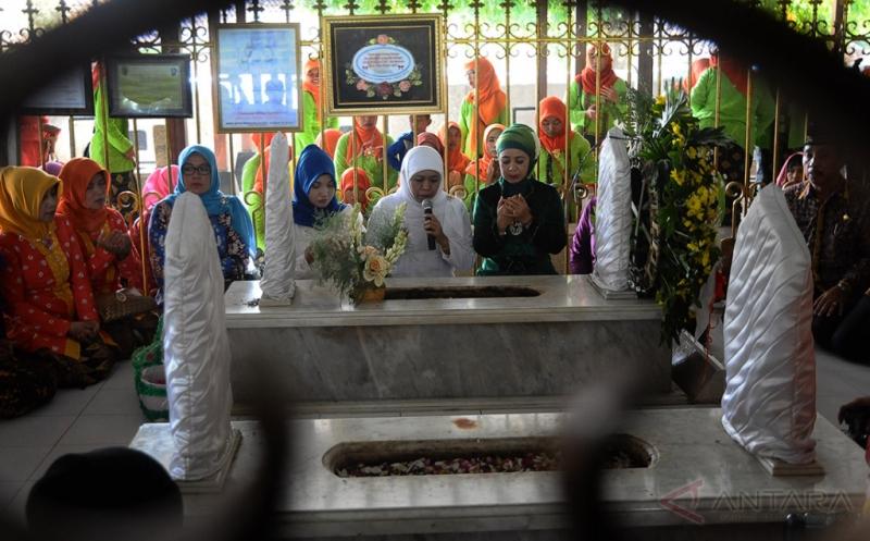 Menteri Sosial Khofifah Indar Parawansa (kedua kanan) berdoa di samping pusara makam RA Kartini di Desa Bulu, Bulu, Rembang, Jawa Tengah, Jumat (21/4/2017). Ziarah makam tersebut dalam rangka memperingati hari lahir RA Kartini, sekaligus untuk meresmikan kawasan permakaman itu sebagai destinasi wisata ziarah nasional.