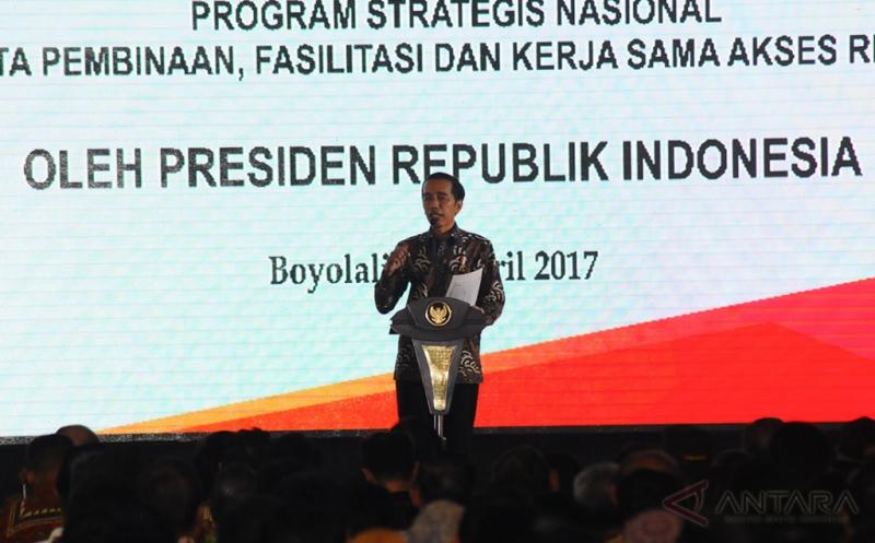 Presiden Joko Widodo memberikan sambutan pada acara pembagian sertifikat tanah di Boyolali, Jawa Tengah, Jumat (21/4/2017). Sebanyak 10.055 sertifikat dibagikan kepada masyarakat di kabupaten/kota di Jawa Tengah melalui program Proyek Operasi Nasional Agraria (Prona) untuk mendukung kebijakan pemerataan ekonomi dan reforma agraria.