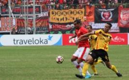 Pesepak bola PS Barito Putera, Ambrizal (kanan) berusaha menghadang pesepak bola Persija Jakarta, Bruno Da Silva Lopes (kiri) pada pertandingan  Liga 1 Persija Jakarta melawan PS Barito Putera, di Stadion Patriot Candrabhaga, Bekasi, Jawa Barat, Sabtu (22/4/2017). Pertandingan tersebut berakhir dengan skor imbang 1-1.