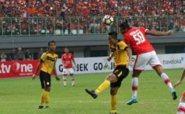 Pesepak bola Persija Jakarta, Bruno Da Silva Lopes (kanan) menyundul bola pada pertandingan  Liga 1 Persija Jakarta melawan PS Barito Putera, di Stadion Patriot Candrabhaga, Bekasi, Jawa Barat, Sabtu (22/4/2017). Pertandingan tersebut berakhir dengan skor imbang 1-1.