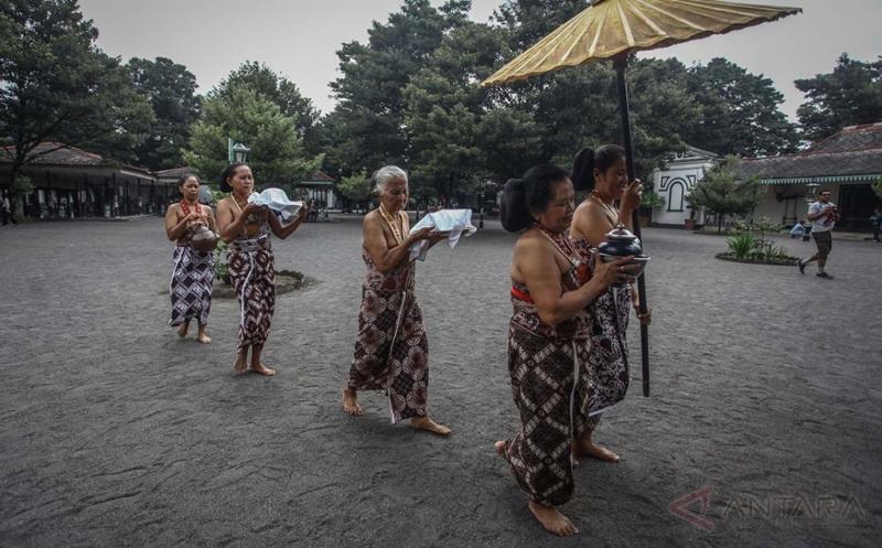Abdi Dalem Antarkan Mimuman untuk Raja Keraton Yogyakarta