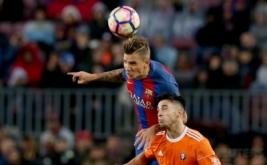 Aksi pemain Barcelona Denis Suarez (atas) berebut bola di udara dengan pemain Osasuna Jaime Romero pada lanjutan Liga Spanyol musim 2016-2017 di Estadio Camp Nou, Inggris, Kamis (27/4/2017) dini hari WIB. (REUTERS/Albert Gea)