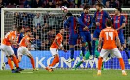 Pemain Osasuna Roberto Torres (kiri) mencetak gol ke gawang Barcelona melalui tendangan bebas pada lanjutan Liga Spanyol musim 2016-2017 di Estadio Camp Nou, Inggris, Kamis (27/4/2017) dini hari WIB. (REUTERS/Albert Gea)