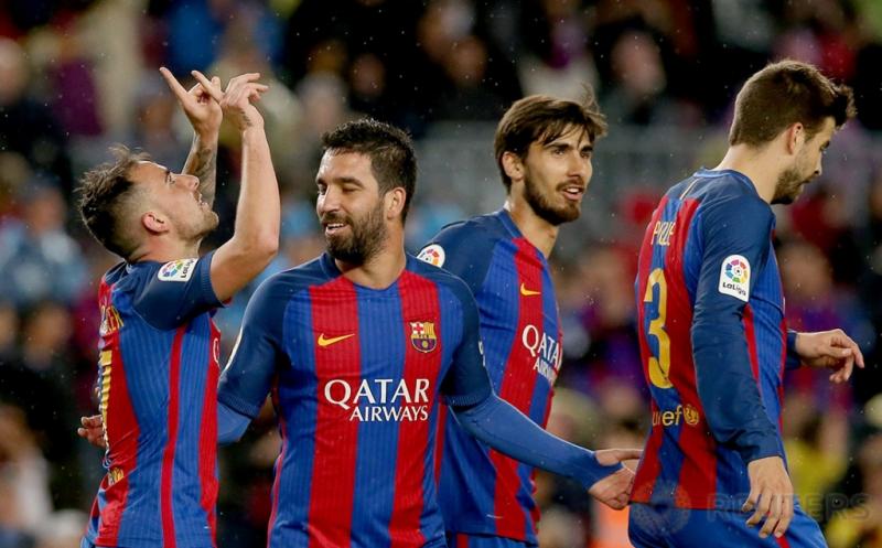 foto5 Selebrasi pemain Barcelona Paco Alcacer (kiri) seusai mencetak gol ke gawang Osasuna pada lanjutan Liga Spanyol musim 2016-2017 di Estadio Camp Nou, Inggris, Kamis (27/4/2017) dini hari WIB. (REUTERS/Albert Gea)