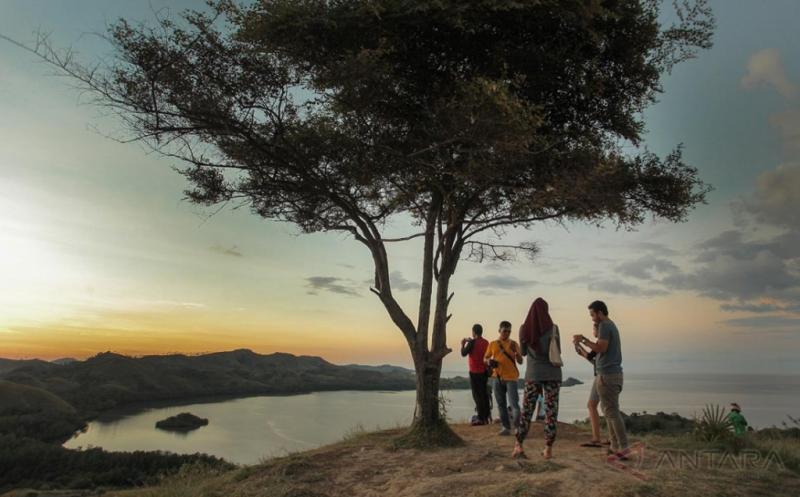 Bawa Pasangan Anda untuk Menikmati Sunset di Bukit Cinta