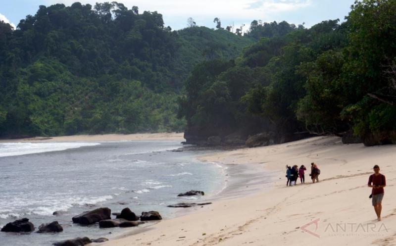 Turis Asing Mulai Minati Keindahan Pantai Ngalur yang Berpasir Putih
