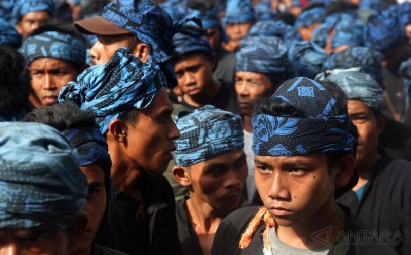 Ikuti Seba Baduy, Ratusan Warga Baduy Jalan Telanjang Kaki ke Kantor Bupati Lebak
