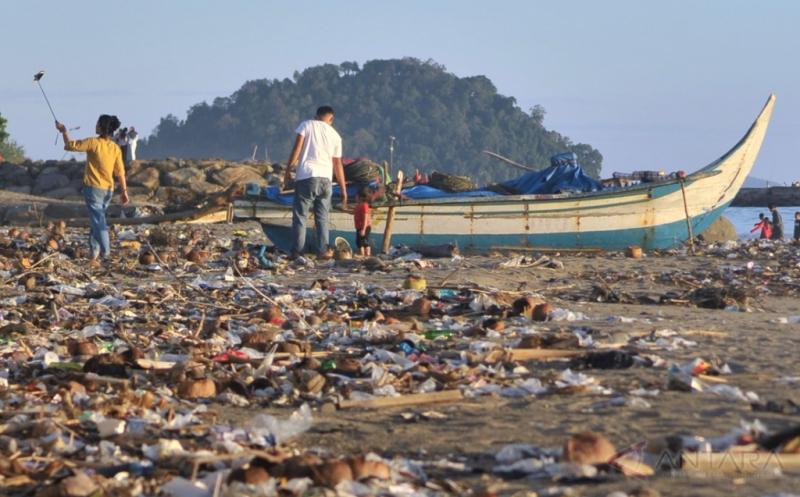 Waduh! Pantai Ini Dipenuhi Sampah dan Timbulkan Bau Tak Sedap