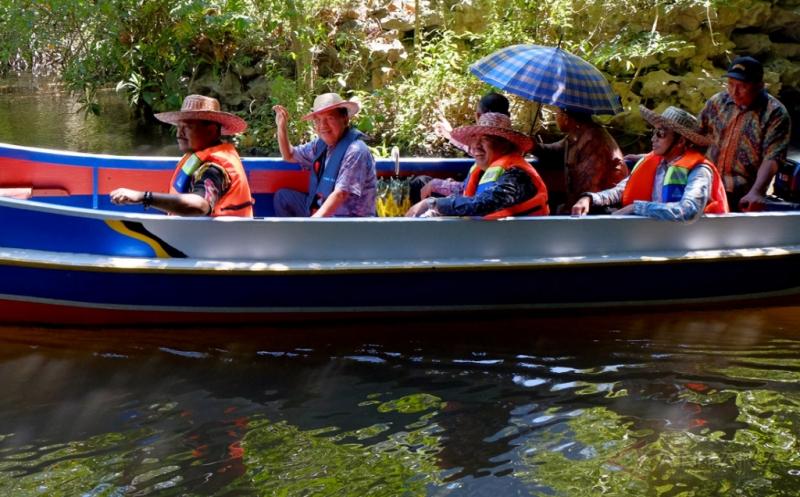 Jusuf Kalla Susuri Sungai Pute Taman Wisata Rammang-Rammang