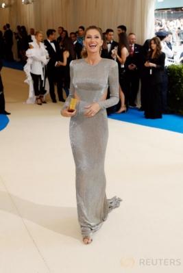 Gisele Bundchen Tampil Seksi dengan Gaun Berwarna Perak