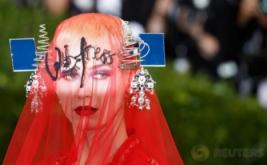 Dari Ujung Rambut sampai Kaki, Katy Perry Tampil Serbamerah